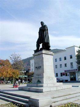 Паметника на Гоце Делчев в центъра на града