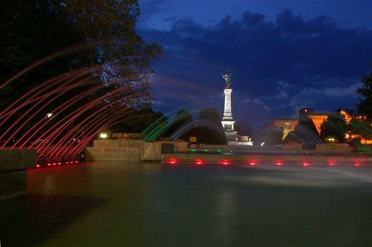 Паметника на свободата през нощта